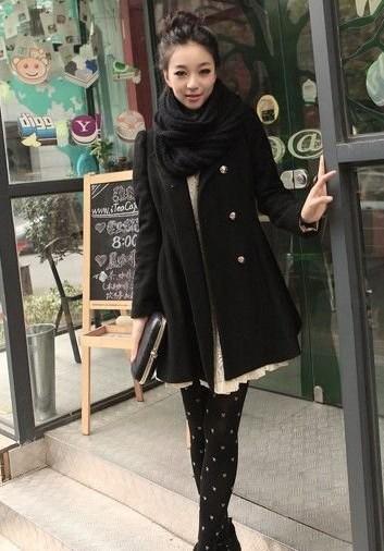 女黑色风衣搭配图片二:黑色风衣+高领衫+高筒靴