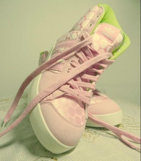 鞋,这是它和其他鞋不同的地方,要知道 阿迪达斯高帮鞋怎么搭配