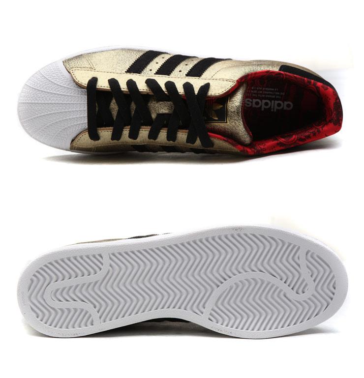 将极具中国特色的金色以及红色贯穿adidas Originals2014中国新年别注鞋履系列,特色的鞋面设计加上贝壳纹鞋头使三叶草经典文化与中国浓浓的传统新年文化紧密融入一起,鞋盒内有马年气息的题版为你送去新年祝福,你的新年从此与众不同!