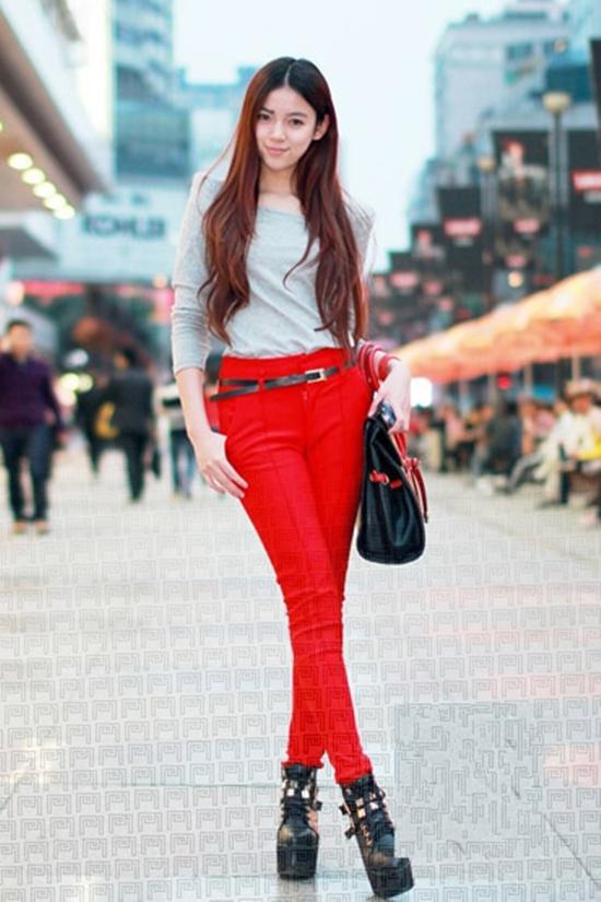 紫红色上衣配什么裤子合适