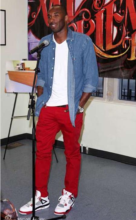 如果是宽松版的红色运动裤尽量不要让其和板鞋搭配在