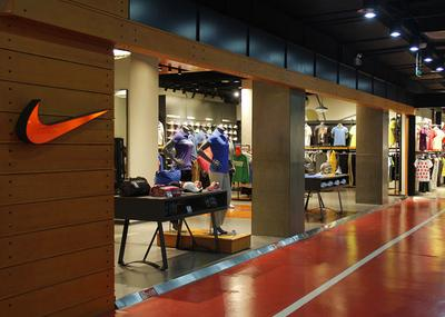 其地点具体位于旺角地铁站附近,这是商业旺街,有耐克的全球专卖店