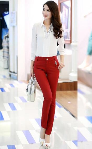 红色的裤子搭配浅色的鞋子