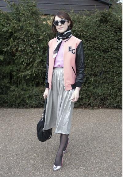 服+长裙+与裙子同色的高跟鞋+丝巾的搭配