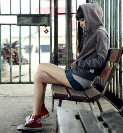 一款红色的高帮匡威帆布鞋搭配红黑格子衬衫
