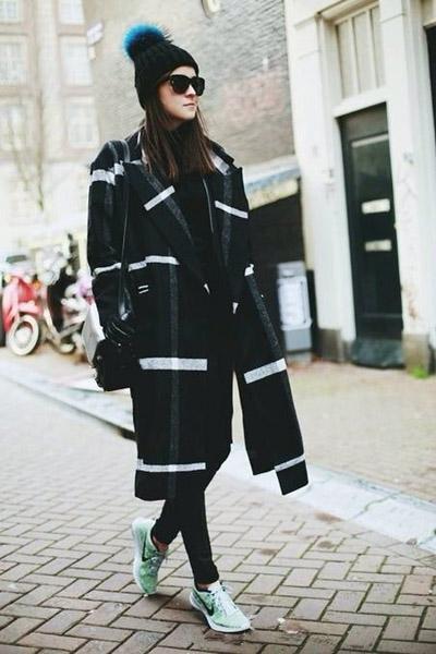 【图】运动鞋与衣服搭配出时髦感 运动鞋大衣搭配技巧图片