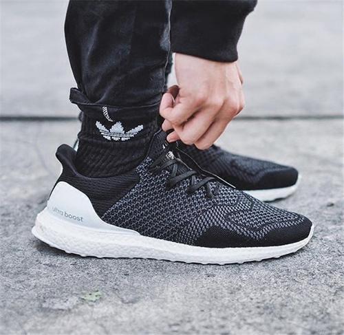极具个性化的阿迪达斯boost黑白跑鞋介绍