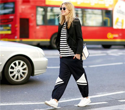 【图】女式运动裤搭配方法 街拍运动裤女示范