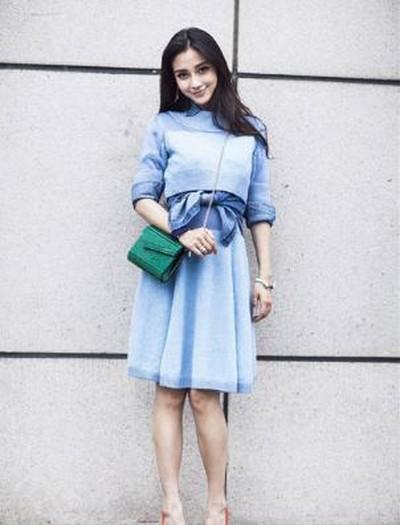 杨颖夏装搭配:灰色的t恤,简约大方,彩色的字母图案也是俏皮可爱