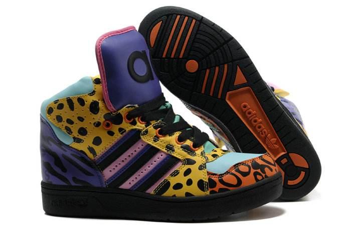 关于Adidas三叶草有一个七色的鞋款介绍