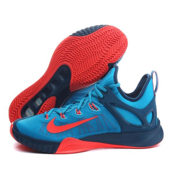 耐克气垫篮球鞋就是带有缓震起点科技的篮球鞋款式,主要有nike air max系列、nike shox系列等。耐克篮球鞋价格与其设计技术配置成本有关,如果是含有耐克全掌气垫篮球鞋,款式价格会相应的偏高。   耐克鞋按照其减震科技运用的差异性可分为七个类型。这七种不同减震科技并不仅仅流于技术研发层面的开拓,更是耐克公司在不同时代创新精神不断延展的体现。Total air是耐克气垫篮球鞋后来的技术配置,可以看成是Max air的加强版。气垫的容量和分布面积更大,遍部全掌,性能和Max air无异。多用于跑