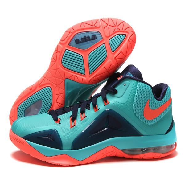 詹姆斯系列篮球鞋是耐克公司在2003年开始与知名nba篮球明星詹姆斯签订合约联合推出的明星篮球鞋子品牌系列。耐克詹姆斯到目前为止已经推出正式款式十几代了,每一款耐克詹姆斯篮球鞋都是耐克技术研发团队利用自身的专利配置量身为詹姆斯打造的篮球鞋比赛款式。Nike Zoom LeBron V即为詹姆斯5代,在这一款式上运用的技术主要有鞋面LASER技术、PHYPOSITE新材料的运用。 詹姆斯5代依旧保持着LBJ系列一贯的风格,细节精致、用料考究。在设计上趋于朴实与实用。一双保护性好的鞋子能大大降低你在球场上受伤