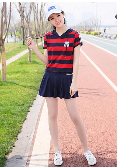 条纹衫+运动短裙+运动鞋